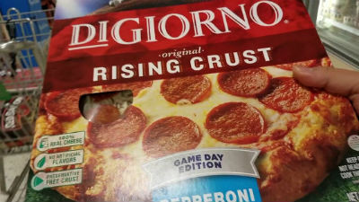 ハンバーグを挟むピザ