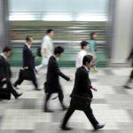 【画像】日本のサラリーマンやばすぎ!駅の階段で弁当を食べる