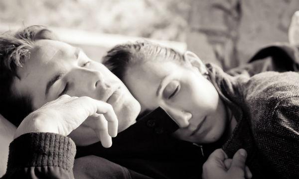 実は相性悪いかも…!?寝るときのお互いの体勢で相性が分かる!?