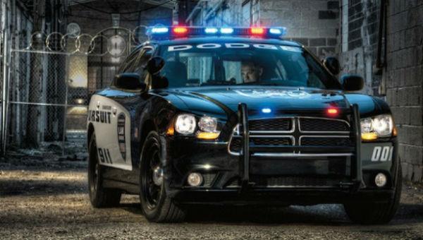 車で走行中にパトカーに止められた男性。捕まるかと思いきや、警察官は代わりに驚きのモノを差し出した…