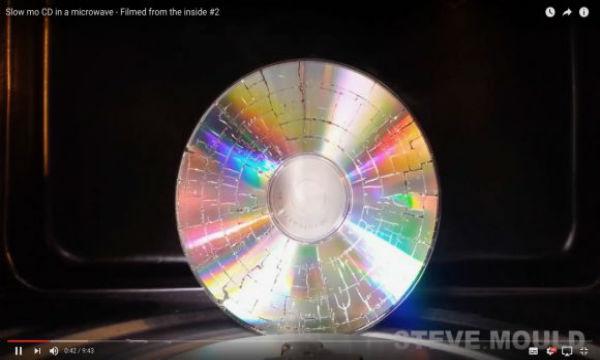 【動画あり】CDディスクをレンジで加熱すると…驚きの結果が…