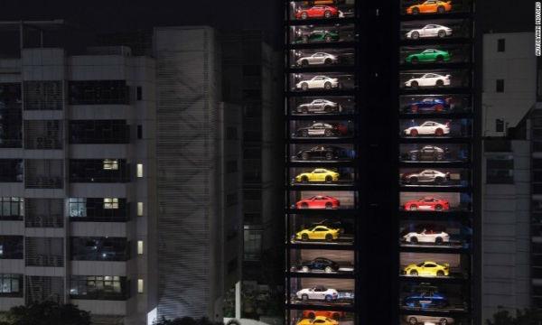 シンガポールに車の自販機が出現し観光名所に!!フェラーリが自販機で売られてるwww