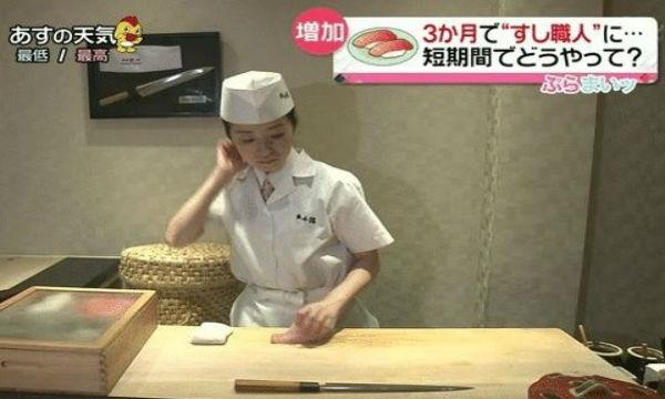 髪の毛を触った後に寿司を握った、寿司屋の女性店長に批難殺到。