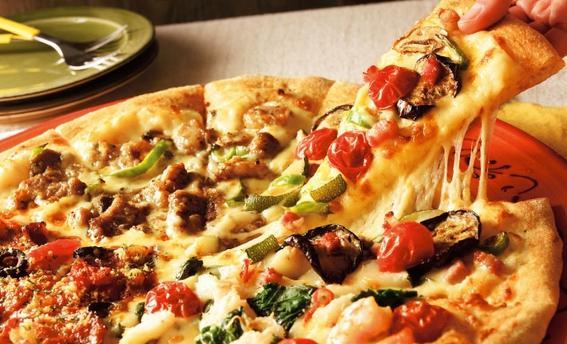 Youtuberが「365日ピザを食べ続ける」実験をした結果、体型が想像を絶するものになっていた…。