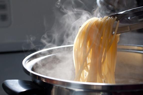 捨てたらもったいない?!パスタの茹で汁を有効活用する方法8選!!