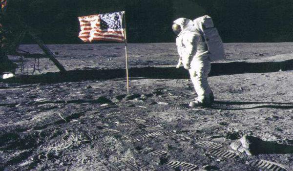 【画像あり】月面着陸は嘘だった!?アポロ計画の写真にスタッフの影がwww