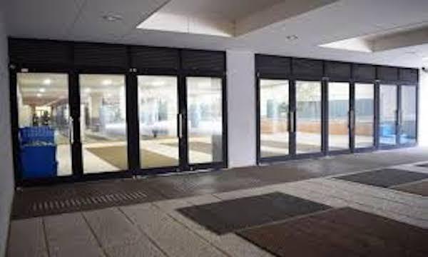 【画像あり】学校に「絶対に割れない窓ガラス」設置。発想がやばすぎるwww