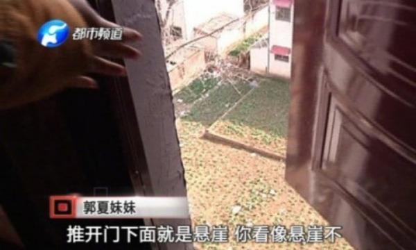 【悲報】中国人女性さん、電話に出るために非常扉から外へ出たら地面なかった・・・