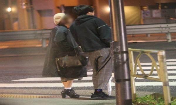 米津玄師に「密会」報道!?女性と2人で歩く姿にファン衝撃!!「嬉しい」と言われる理由がw w w w