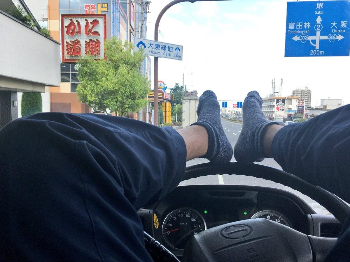 下品だけど仕方がない…トラック運転手がハンドルに足を上げて寝る理由がわかりやすい!